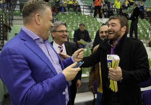 Rastko Stojković przedstawicielem kieleckiej firmy Rebond na Serbię!Rastko Stojković i prezes klubu Vive Targi Kielce Bertus Servaas - z lewej. Z tyłu Xavier Lucas