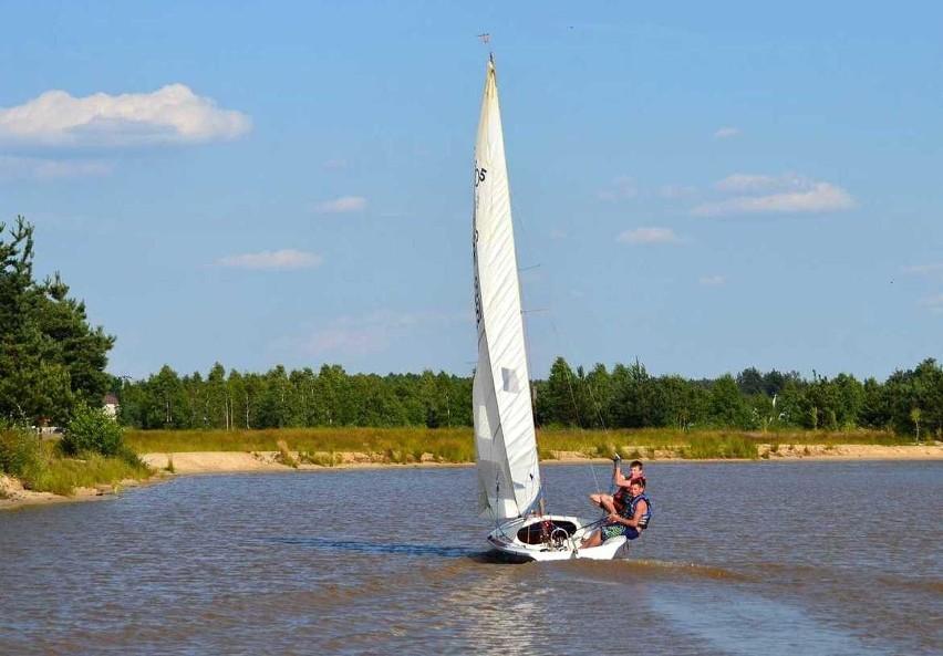 Uciekający przed konkurencją jacht na zalewie w Podwalinie.