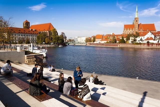 Zapytaliśmy naszych czytelników na Facebooku, czego we Wrocławiu jest za dużo, co im przeszkadza, co powinno się zmienić. Zobacz co odpowiedzieli. Dołącz do dyskusji, kliknij na ostatni slajd i wyraź swoje zdanie. Zobacz na kolejnych slajdach czego we Wrocławiu jest za dużo - posługuj się myszką, klawiszami strzałek na klawiaturze lub gestami