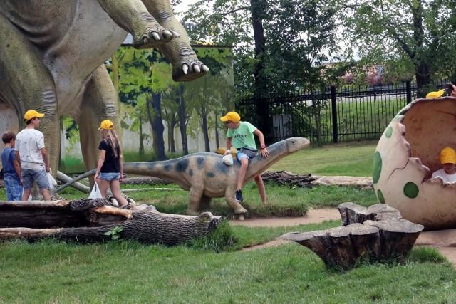 Muzeum Okręgowe w Koninie zaprasza 29 maja na piknik poświęcony prehistorii, a w szczególności jej zwierzętom. W ostatnią sobotę maja na pasjonatów paleozoologii czeka mnóstwo atrakcji. Wydarzenie adresowane jest zarówno do dzieci jak i dorosłych, odbędzie się w formie hybrydowej.W programie stacjonarnym (spichlerz i jego otoczenie):selfie z Utahraptorem – dinozaurem z rodzaju teropodów,gra terenowa, zabawa I Ty możesz zostać paleontologiemDodatkowo, w programie on-line:wykłady ekspertów z Muzeum Ziemi Polskiej Akademii Nauk w Warszawie:dr Gwidon Jakubowski – W poszukiwaniu dinozaurów na pustyni Gobi,dr Michał Loba – Co biegało dinozaurom pod nogami? O ssakach mezozoicznych,mgr Grzegorz Skrzyński – O roślinności z czasów dinozaurów i cichej rewolucji, która się wtedy wydarzyła,dinozaurowe warsztaty origami,warsztaty DIY dla najmłodszych.Czytaj dalej --->