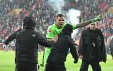 Piłkarze kontra kibice - jedni walczą z rasizmem i chamstwem, jak Gikiewicz, inni źle znoszą krytykę