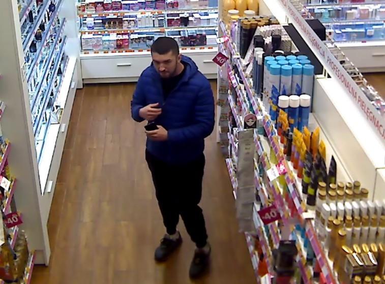 To ta kobiet i ten mężczyzna podejrzewani są o kradzieże perfum. Szuka ich policja