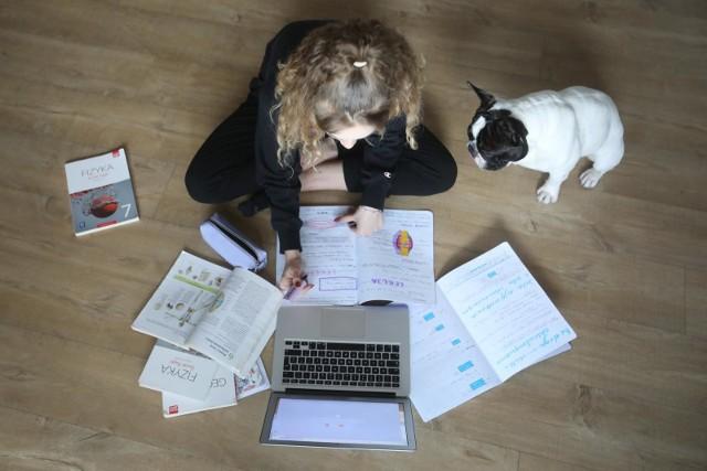 Koronawirus: Czy polskim uczniom grozi e-uzależnienie wywołane izolacją społeczną wywołaną koronawirusem? Jak radzą sobie z e-learningiem?