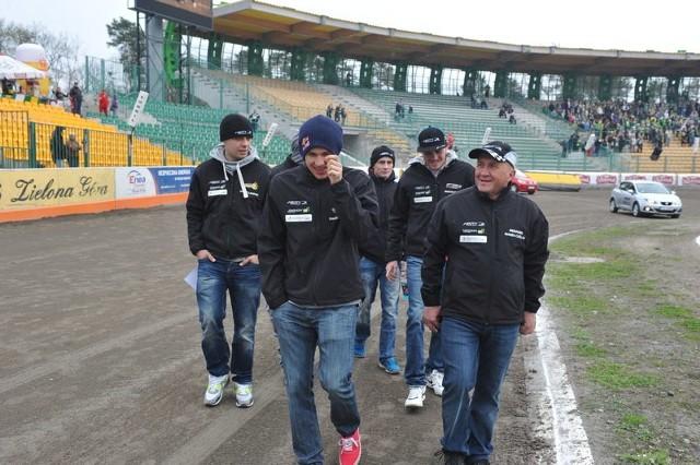 Marek Cieślak (z prawej) zna zielonogórski tor, zawodników i działaczy. Żużel jednak tak szybko się zmienia, że jego notatki mogą się okazać zdecydowanie przeterminowane.