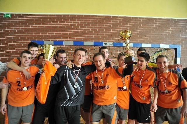 Zawodnicy IVLOz pucharem za triumf w licealiadzie, ufundowanym przez Wyższą Szkołę Wychowania Fizycznego i Turystyki w Białymstoku.