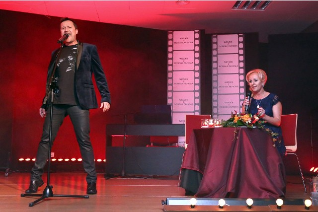 Podczas wieczoru z muzyką filmową wystąpili nie tylko artyści z Morawica, ale też gwiazda spotkania, czyli Jacek Kawalec. Na zdjęciu również prowadząca, Magdalena Ramiączek.