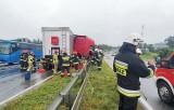 Wypadek w Bielsku-Białej na DK1. Dwa tiry zderzyły się w ulewie i zablokowały trasę. Jeden przebił barierki