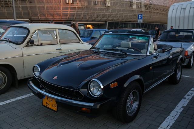 Klasyczne samochody były wystawiane przy Tauron Arenie. Teraz można je przezimować na parkingu krakowskiej hali.