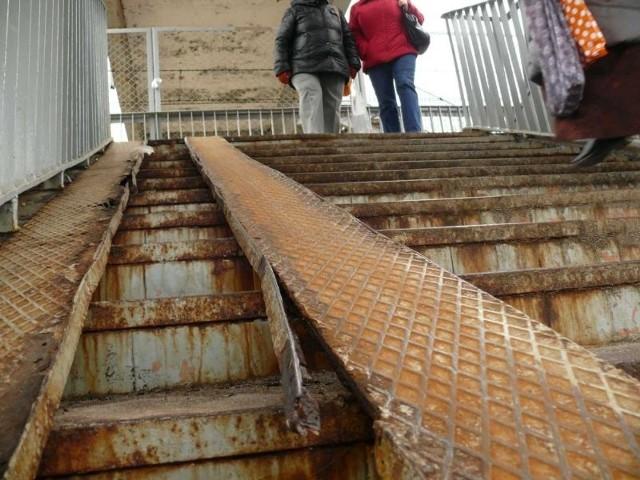 Budowa przejścia przez tory to koszt 2-3 mln złSzpetna kładka z lat 70. zniknie za 2 lata, a ruch pieszy odbywać się będzie przez przejście na gruncie, bez konieczności wspinania się po schodach.
