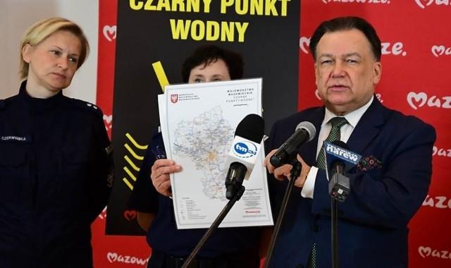 Marszałek Adam Struzik i funkcjonariusze prezentują nowe czarne punkty na Mazowszu i w regionie.