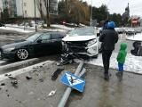 Kolizja na ul. Sikorskiego. Zderzenie dwóch pojazdów. Kierowca mitsubishi ściął znak [ZDJĘCIA]