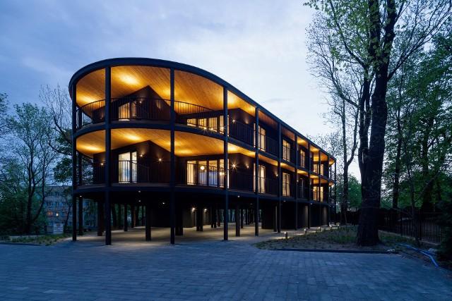 Czarna Villa Reden w Chorzowie stoi wśród drzew. Zdobyła nagrodę w Paryżu - DNA Paris Design Awards 2021