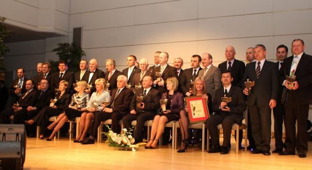 Pamiątkowe zdjęcie laureatów dziewiątej edycji Liderów Regionu. Fot. A. Piekarski