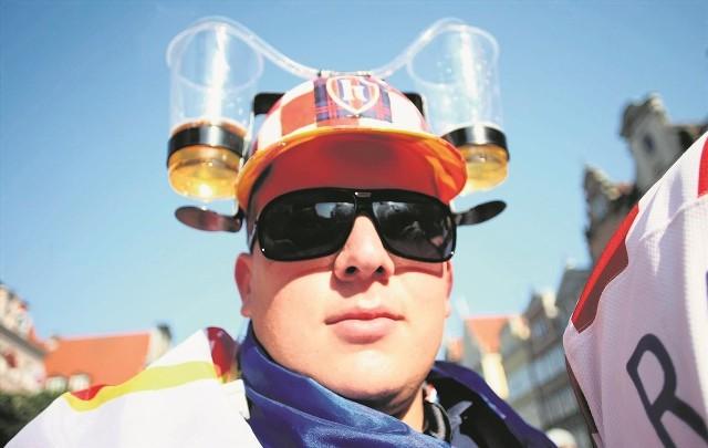 Podczas Euro 2012 kibice, tak jak ten, mogli bezkarnie pić piwo na ulicach m.in. Gdańska