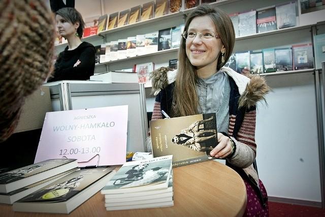 Agnieszka Wolny-Hamkało na 22. Wrocławskich Targach Dobrych Książek chętnie spotykała się z czytelnikami swoich książek, także najnowszej powieści