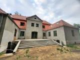 Trwa remont zabytkowego dworku w Gorzowie Śląskim. Na zewnątrz widać już efekty prac [zdjęcia]