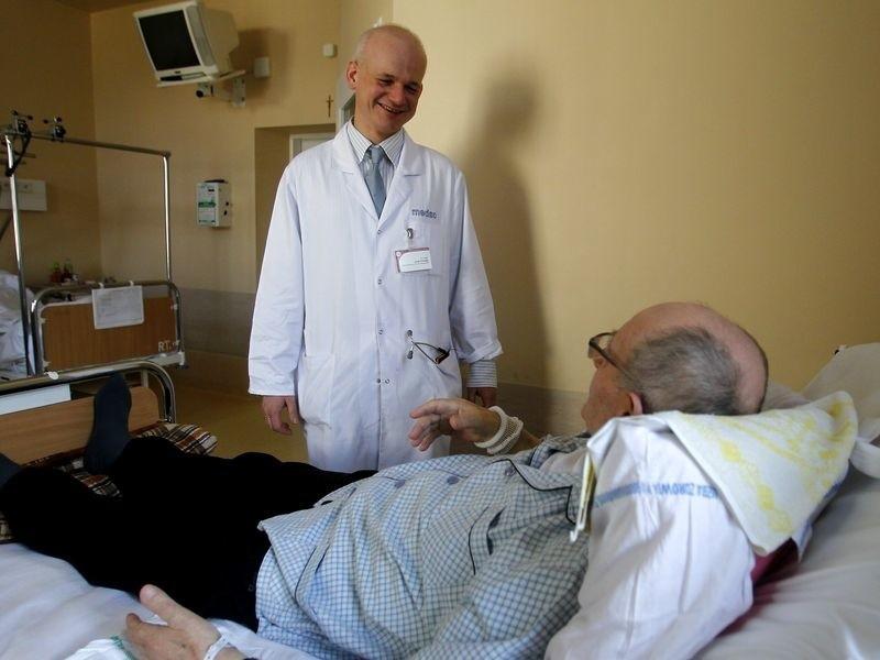 – Znam pacjentów, którzy mają wymienione nawet cztery stawy, czyli dwa biodrowe i dwa kolanowe, a mimo tego są sprawni, nie czują bólu – mówi dr Jacek Fliciński z Kliniki Reumatologii i Chorób Wewnętrznych w Samodzielnym Publicznym Szpitalu nr 1 w Szczecinie.