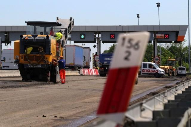 W niedzielę wieczorem rozpoczęło się wprowadzanie nowej organizacji ruchu na remontowanym odcinku autostrady A4 przy PPO Karwiany. W poniedziałek rozpoczął się III etap inwestycji.Jak teraz pojadą kierowcy? Sprawdźcie na kolejnych slajdach.