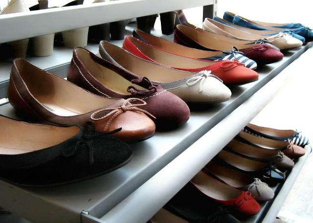 Półka na butyButy w przedpokoju. W czym i jak je przechowywać?