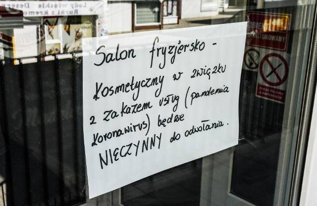 Od kilkunastu dni towarzyszą nam kolejne obostrzenia. Nie możemy pójść do fryzjera, siłowni, czy kosmetyczki. Zamknięte są też restauracje. Wielu z nas nie może żyć bez tych usług. Czy możemy mieć nową fryzurę, gdy nasz salon jest zamknięty? Okazuje się, że są sposoby na ominięcie obostrzeń. Jakie? Więcej szczegółów na kolejnych stronach >>>>>