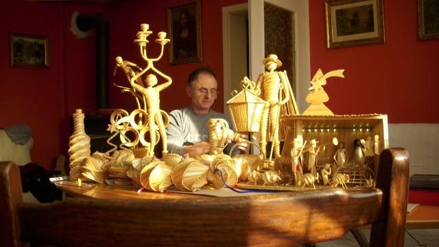 ozdoby ze słomyPasja pana Piotra Barańczaka jest niezwykła. Ludowa, magiczna i oryginalna. Pan Piotr marzy o spadkobiercach jego talentu artystycznego.