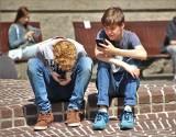 """Hejt, stalking i kradzież. Przed """"Piekłem Internetu"""" przestrzegają innych uczniowie"""