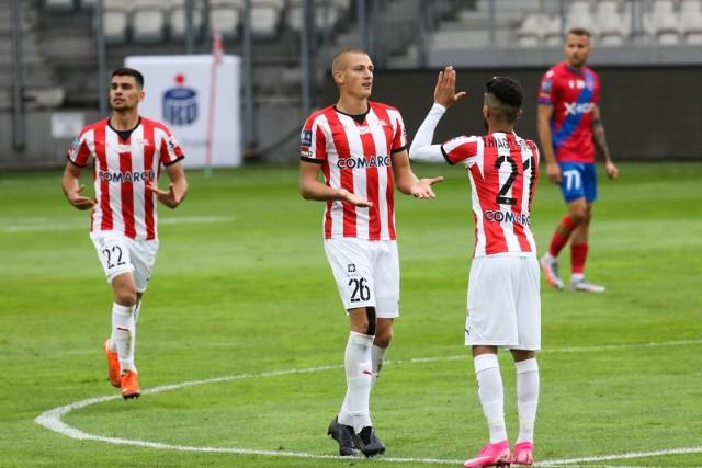 Po pierwszym golu dla Cracovii. Filip Piszczek przyjmuje gratulacje od Thiago