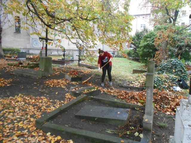 Sprzątanie cmentarza rozpoczęło się już przed tygodniem, w sobotę czas na ciąg dalszy.