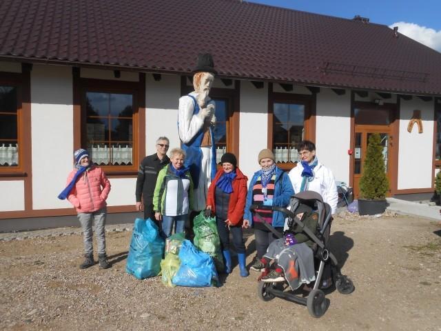 Stare opony, wiadra z farbami, mnóstwo puszek i plastików. Mieszkańcy Kłączna i Somin wzięli sprawy w swoje ręce.