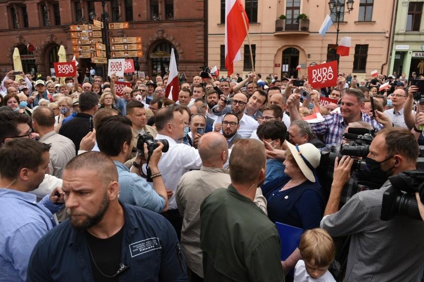 Prezydent RP Andrzej Duda odwiedził dziś (29.06) Toruń. Ze swoimi sympatykami spotkał się pod pomnikiem Kopernika. W jego konkurent - Rafał Trzaskowski również pojawi się dziś w naszym regionie. Odwiedzi Brodnicę i Grudziądz. Za dwa tygodnie przekonamy się, który z nich zwycięży. Polecamy: Szczegółowe wyniki I tury wyborów prezydenckich dla ToruniaW poniedziałek, 29 czerwca, Andrzej Duda odwiedził Toruń. Powitał go sam prezydent miasta Michał Zaleski. Przypomnijmy, że przed I turą wyborów prezydenckich ubiegającemu się o reelekcję Prezydentowi RP nie udało się przyjechać do Torunia. Dzisiaj, mimo wczesnej pory, na Rynku Staromiejskim zgromadziło się wielu zwolenników Andrzeja Dudy. Jego ochroniarze nie odstępowali go na na krok. Zobaczcie zdjęcia!Sprawdź: Aktualne wyniki wyborów prezydenckich 2020 w Polsce. Wiemy kto i ile dostał głosów!