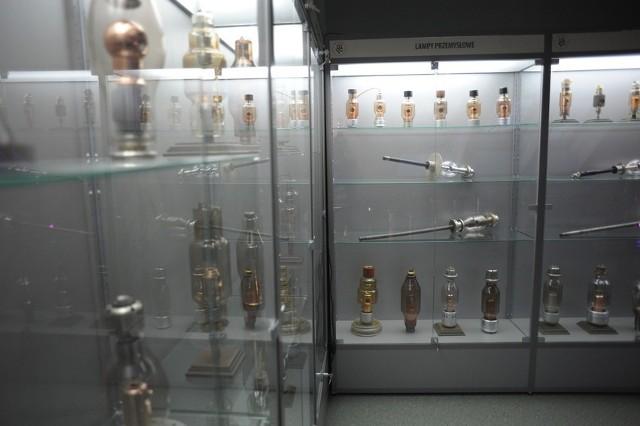 Muzeum znajduje sie na poddaszu budynku nr 5 w II kampusie w Opolu. 700 - metrową powierzchnie podzielono na dwa sektory. W pierwszym mieści sie kilkaset lamp i sprzetu okolorentgenowskiego. [yt]x1Y3Pg2xiPc[/yt]