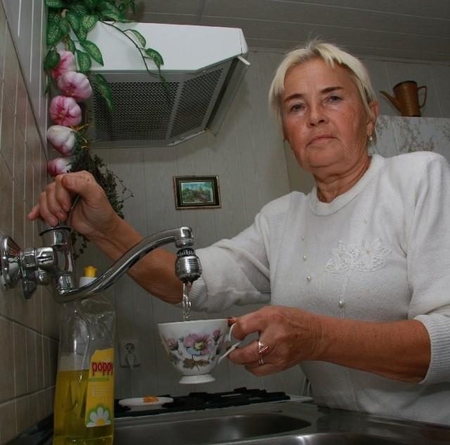 - Mam w domu licznik, ale mimo tego muszę dopłacać za wodę, która gdzieś wyparowała, lub wyciekła z nieszczelnych rur - mówi Teresa Waśkowska.