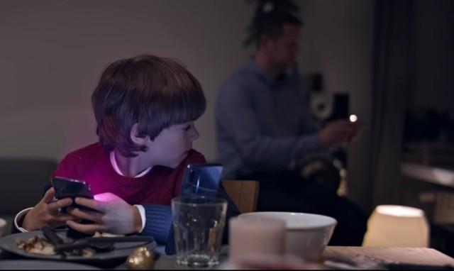 świąteczna Reklama Sieci Komórkowej Oburzyła Rodziców