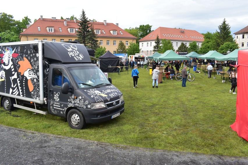 Food Trucki zaparkowały na placu Unii Europejskiej w Krośnie...