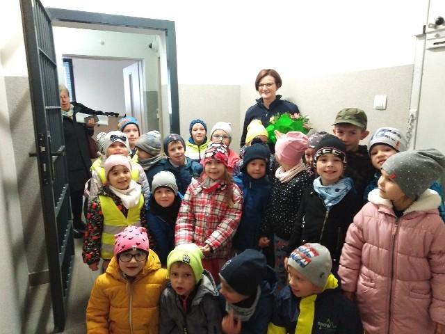 """Maluchy z przedszkola """"Bajka"""" odwiedziły sępoleńską komendę. Zobaczyły, jak wygląda cela i zadawały mnóstwo pytań"""