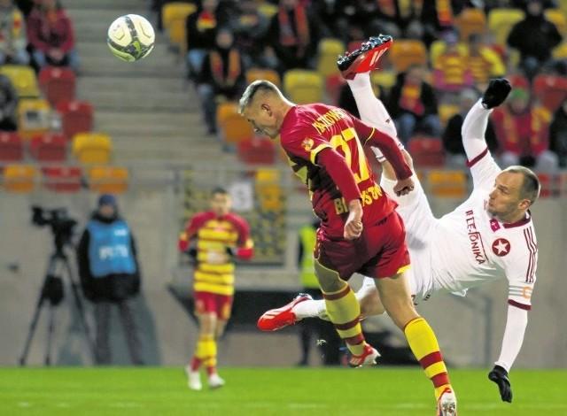 Mateusz Piątkowski (na pierwszym planie) dotychczas mocno dawał się we znaki defensorom Wisły, strzelając trzy gole w dwóch ostatnich występach. Oby podobnie było także w poniedziałek.