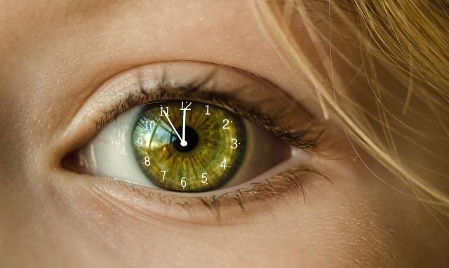 Nawet jeśli nie mamy żadnego zegarka, to nasze ciało i tak zdaje sobie sprawę z tego, jaka jest pora dnia. Jak to możliwe? Mechanizmem tym steruje nasz zegar biologiczny. W jaki sposób? Trzech amerykańskich naukowców, którzy opisali szczegółowo to zjawisko, nagrodzono za to Nagrodą Nobla z dziedziny medycyny i fizjologii. Na przykładzie modelu muszki owocówki badaczom udało się wykazać, że ilość promieni słonecznych, które docierają do nas w ciągu dnia, ma związek ze zmianą ekspresji genów, co w konsekwencji wpływa zarówno na rytm okołodobowy, jak i to, w jaki sposób poszczególne organy naszego ciała zostaną pobudzone do aktywności w określonym momencie.Okazuje się, że zjawisko to może mieć związek m.in. z tym że np. rankiem jesteśmy bardziej narażeni na zawały i udary. Od ilości naturalnego światła zależy także praca naszych hormonów (zwłaszcza kortyzolu, czyli hormonu stresu oraz serotoniny, która ma wpływ na nasz nastrój).