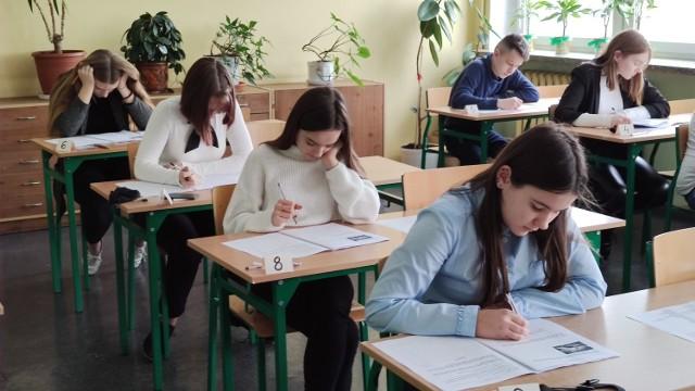 Egzamin ósmoklasisty JĘZYK ANGIELSKI.Zobascz arkusze CKE i odpowiedzi na pytania.Zobacz kolejne zdjęcia. Przesuwaj zdjęcia w prawo - naciśnij strzałkę lub przycisk NASTĘPNE