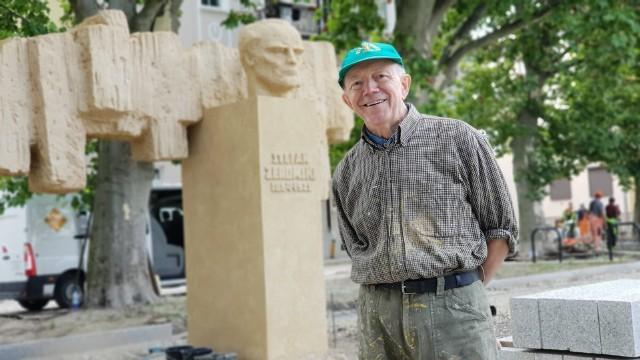 Marek Maciąg, artysta odpowiedzialny za renowację pomnika uzupełnia ubytki, żeby tchnąć w niego drugie życie.