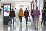 """Galerie handlowe otwarte. Poznaniacy ruszyli na zakupy zgodnie z zasadami """"nowej normalności"""". Szturmu na sklepy nie było"""