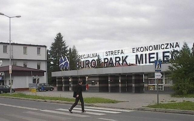 Nowe inwestycje i miejsca pracy w  mieleckiej strefie ekonomicznejWejście główne na teren mieleckiego EuroParku.