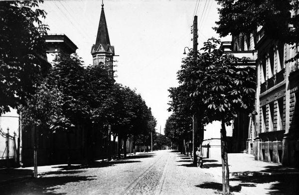 Warto wspomnieć, iż przed 1914 rokiem była to ulica Aleksandrowska.
