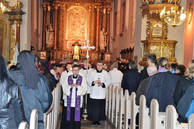 Środa Popielcowa: Biskup opolski poprowadził procesję z kościoła Franciszkanów do katedry