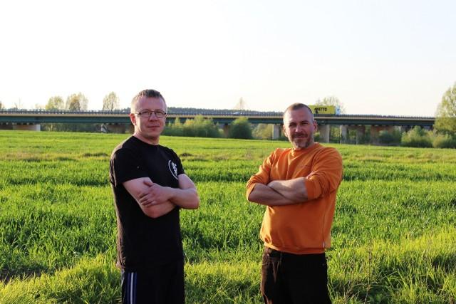 Domy Artura Tulatyckiego i Bartka Plewy od ruchliwej drogi oddziela tylko kawałek pola.