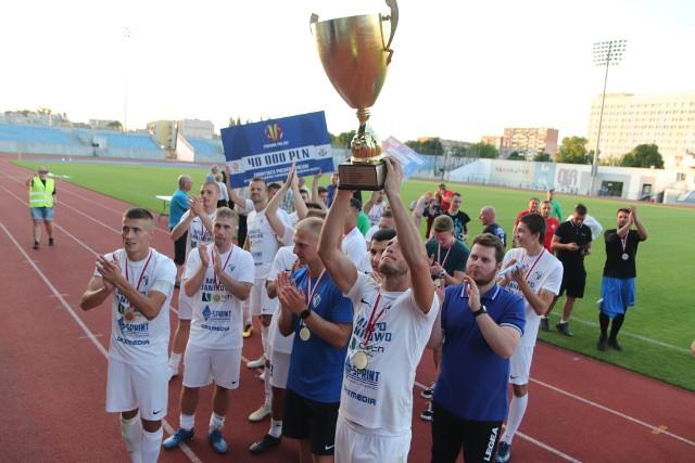 Piłkarze Unii Janikowo bronią trofeum
