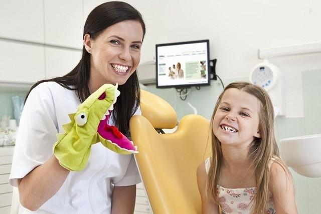 Dziecko od małego zaznajamiane z gabinetem dentystycznym w przyszłości nie będzie się bało wizyt u stomatologa. Ważne, by skojarzenia z dentystą były dla malucha pozytywne.