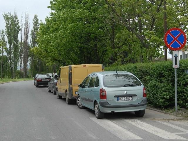 Tak kierowcy parkują wzdłuż ul. Żeglarskiej.