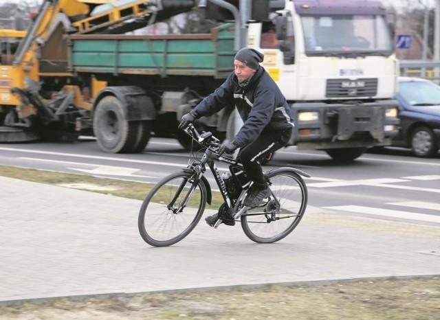 Dariusz Sienkiewicz stara się codziennie jeździć rowerem. Bardzo brakuje mu ścieżki rowerowej przy ul. Wasilkowskiej. Na razie, ze względu na bezpieczeństwo, jeździ chodnikiem.