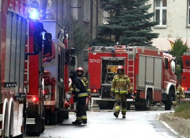 Strażacy stawiają kurtyny wodne, aby odizolować wypływ gazu do atmosfery. Policja obstawiła okolice i nie dopuszcza pieszych.