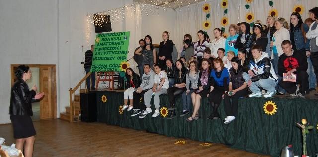 Anna Urbaniak- Wojewódzki Komendant OHP z ekspresją przemawia do młodzieży, dziękując za wspaniałe występy